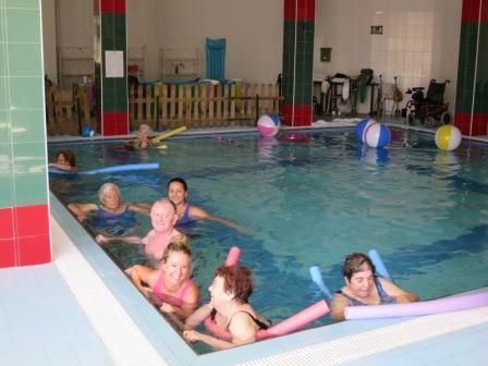 Aquagym y ejercicios terape ticos en piscina para las for Escaleras de piscinas para personas mayores