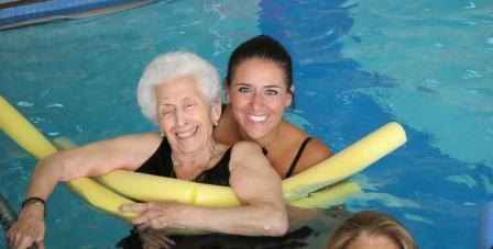 Aquagym y ejercicios terape ticos en piscina para las for Escaleras piscina para personas mayores