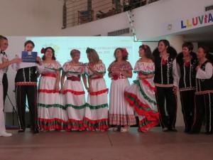 Entrega del tercer premio a Rocío Durcal y sus bailarines